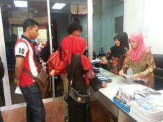 Kakitangan khidmat pelanggan kami melayan pendaftaran para peserta.