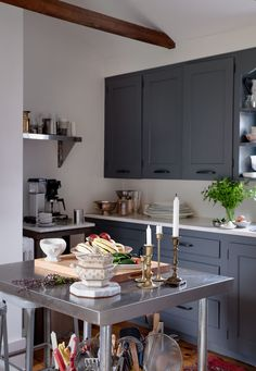 Vintage/modern in Provincetown, architect Ezra Block's takes the minimal approach to classic New England cottage style. New England Cottage, All White Bathroom, Antique Dining Tables, White Dinnerware, Budget, Ikea Kitchen, Kitchen Island, Historic Homes, Cozy House