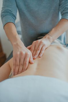 Combining herbs with massage creates a sensual experience so indulgent, it can b… - Liposuction Massage Images, Massage Pictures, Leg Pain, Back Pain, Ayurveda, Esprit Yoga, Spa Tag, Massage Relaxant, Lymphatic Drainage Massage
