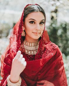 We are totally crushing on this traditional yet modern bridal look ♥️ Love the minimal makeup and jewellery 😍 Jewellery: Pakistani Bridal Jewelry, Pakistani Wedding Outfits, Indian Bridal Outfits, Indian Bridal Wear, Wedding Hijab, Bridal Looks, Bridal Style, Bridal Makeup Images, Desi Wedding
