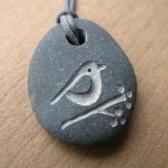steen met vogeltje