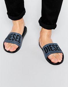 Sandalen von Diesel glattes Obermaterial mit Logo ohne Verschluss Breiter Riemen offene Zehenpartie strukturiertes Fußbett flache Sohle Mit weichem Tuch abwischen Obermaterial 100% Polyvinylchlorid
