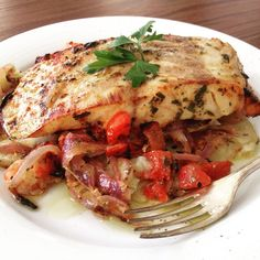 Perch with onions and tomatoes Greek Recipes, Fish Recipes, Seafood Recipes, Cooking Recipes, Healthy Recipes, Greek Fish, Cooking Dried Beans, Clean Eating, Healthy Eating