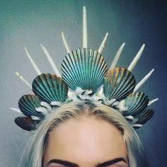 30 Hermosas coronas de sirena que harán que les digas adiós a las flores en  tu cabeza. Costumi Spaventosi Di ... cb6364075c4c