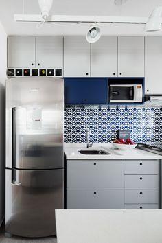 Decorar espaços pequenos requer um certo planejamento. E quando se trata de cozinhas, não podia ser diferente – é preciso pensar num layout funcional para facilitar as tarefas do dia a dia e guardar todos os equip...