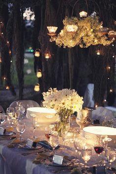 O poder acolhedor das velas!  Para eventos em ambientes abertos, a decoração com iluminação mais sutil é quase obrigatória.  Ideais para transmitir um clima romântico e intimista...