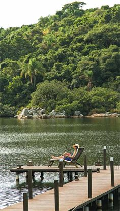 Relax à beira d'água: moradia em Florianópolis se abre para a lagoa da Conceição.