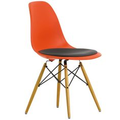The Eames Plastic Side Chair is a contemporary version of the legendary Fibreglass Chair. Chaise Eames Dsw, Charles Ray Eames, Mid Century Modern Design, Modern Graphic Design, Chair Design, Side Chairs, Seat Cushions, Designer, Furniture