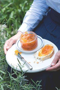 Jednoduchá, poctivá, domácí, voňavá. Tak přesně taková je tahle meruňková marmeláda. Udělejte jí dostatečné množství, doma se o ni poperou a návštěvy si ji budou chtít odnést i domů. Spices, Food And Drink, Spice