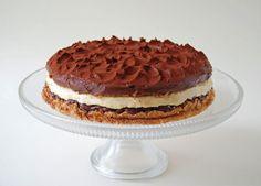 Hétvégén tartottuk a gyerekek születésnapját. Ez a torta a nagylánynak készült. Nagyon finom, de elég tömör lett, csak egy vékony szelete...