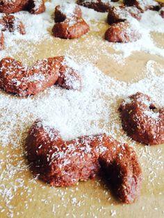 Další vzpomínka na moje dětství tentokrát v podobě sušenek, které jsem prostě milovala. Také si pamatujete tu krabici plnou voňavých vanilkových a čokoládových esíček? Tak tady máte RAW variantu:) Tento recept na sušenkové těsto mi opět přišel v době kojení a neskutečných chutí na nějaké RAW sladkosti. A protože už sušenky dávno nejsou to, co[...]