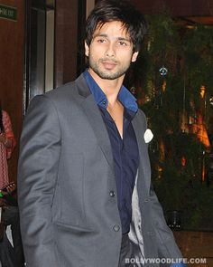 #ShahidKapoor is a tough nut : Just a couple of weeks ago we bumped into Shahid Kapoor in a suburban theatre in Mumbai. The Kapoor lad had come to promote his forthcoming release Teri Meri Kahaani. Sasha looked incredibly lean with his toned torso. What caught our attention was that the Mauasam actor had a white bandage wrapped around his left hand. When we probed to know how the 31-year-old actor acquired that injury