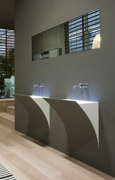 Deze parketvloer in lichte eik completeert het prachtige design van de wastafels.  Meer informatie over het gebruik van parketvloeren in de badkamer kan je nalezen op www.lalegno.be.