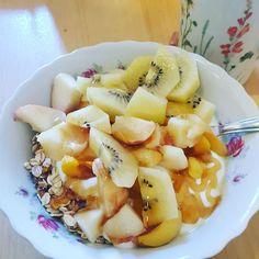 Guten Morgen. Zeit für ein Müsli mit #Kiwi #pfirsich #haferflocken #agavendicksaft und #joghurt. Euch einen guten Start in den Tag . Was habt ihr heute so vor? #vegetarisch #healthyfood #mamablogger_de #mommyblogger #familienblog #elternblog #blogger_de