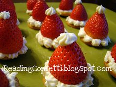 Santa hat strawberry and cheesecake Christmas Desserts Easy, Christmas Party Food, Christmas Appetizers, Christmas Goodies, Christmas Treats, Christmas Baking, Holiday Treats, Holiday Recipes, Simple Christmas