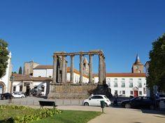 O que fazer em Évora, a capital do Alentejo – Na dúvida embarque Mansions, House Styles, Wine Vineyards, Travel, Places To Visit, Manor Houses, Villas, Mansion, Palaces