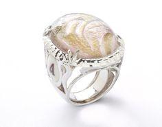 Antonella Piacenti #Gioielli. #Anello #DAMASK in #argento e #resina epossidica #naturale, contenente #carta dipinta a mano con porpore dorate dell'arcipelago #indonesiano. Damask #ring #jewel
