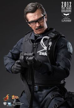 Hot Toys Sideshow Batman Dark Knight Lt. Jim Gordon SWAT Version 2012 Toy Fairs Exclusive. Authentic and detailed fully realized likeness of Gary Oldman. TrueType body with over 30 points of articulation. Authentic SWAT Uniform, Gear and Weapons. 1:6 Scale 12 Inch Tall Figure.
