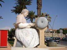 Estátua em Peniche de homenagem ás rendilheiras