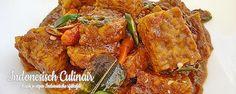 Sambal Goreng Tempeh Bumbu Petis - Gestoofde tempeh in een pittige saus - Tempeh simmered in a spicy sauce Tempeh, Tofu, Veggie Recipes, Asian Recipes, Veggie Food, Indonesian Cuisine, Indonesian Recipes, Warm Food, Spicy Sauce