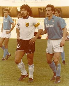 Napoli 1 Argentina 2 in May 1986 at Stadio San Paolo. Diego Maradona waits for the corner for Argentina in the friendly. Football Images, Football Design, Football Kits, Sport Football, Classic Football Shirts, Vintage Football, Soccer Stars, Sports Stars, Mexico 86