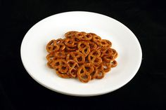 200 calories in this many pretzels! Think about the other plates that are just 200 calories. Dinner Recipes For Kids, Healthy Dinner Recipes, Kids Meals, Healthy Treats, Get Healthy, Healthy Eating, Healthy Foods, 200 Calories, Bacon Frit