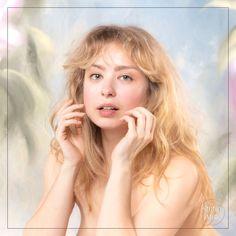 Immortalisez votre féminité lors d'un shooting photo boudoir en studio avec un photographe boudoir professionnel. Un décor fleuri pour des photos romantiques et printanières