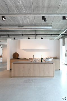 Modern Kitchen Interior loft/warehouse kitchen by Piet Boon - timber handless cabinetry gives a crisp streamlined feel Interior Desing, Interior Design Kitchen, Luxury Interior, Design Bathroom, Modern Bathroom, Warehouse Kitchen, Architecture Renovation, Classic Kitchen, Plafond Design