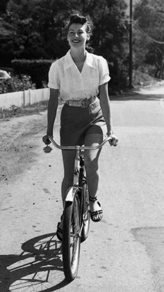 Gardner looked fresh and ready for summer in a pair of tailored shorts, a white button down short sleeve top, and sandals in the early 1940s.
