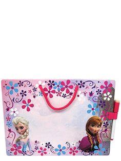Frozen, pyyhittävä tussitaulu + tussi. Piirrä tauluun kuva, pyyhi ja aloita alusta! Voit myös kirjoittaa tauluun tärkeitä muistettavia asioita tai viestejä perheenjäsenille. Tussin pehmeällä päällä saat pyyhittyä kuvat ja tekstit pois. Kaunista taulua koristavat Frozen-elokuvan siskokset, ja sen yläreunassa on kätevä ripustusnaru. Mitat noin 28 x 20 cm.