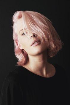 Short bob mosso e rosa - Caschetto mosso con riga laterale bassa e tinta Rosa Quarzo per i capelli del 2016.
