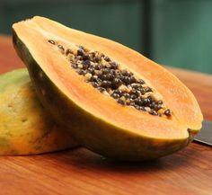 Cómo hacer un exfoliante de papaya. Su color anaranjado y su peculiar sabor no es lo único que caracteriza a la papaya, y es que se trata de una fruta que, por muchas razones, puede formar parte de tu lista de productos favoritos para e...