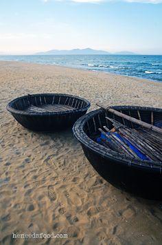 Hoi An, Vietnam Voila la plage secrète! Elle est située entre les 2 que l'on vous conseillera! Demandez aux locaux! Personne a perte de vue, la mer de chine juste pour vous, une petite paillotte qui sert des plats typiques a moins de 5 euros. On vous offrira transat et parasol et des massages au baume du Tigre Blanc a 7euros de l'heure! Le paradis existe! Et vous y serez seul (j'ai pas vu plus de 10 personnes sur la semaine!)