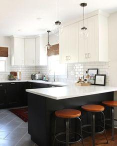 Elegant and adorable design ideas for two-tone kitchen cabinets – White N Black Kitchen Cabinets Kitchen Interior, New Kitchen, Kitchen Decor, Kitchen Ideas, Kitchen Designs, Kitchen Wood, 10x10 Kitchen, Distressed Kitchen, Cheap Kitchen