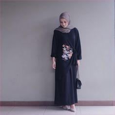 New style hijab casual hitam putih 39 ideas Winter Fashion Outfits, Suit Fashion, Hijab Fashion, Trendy Fashion, Womens Fashion, Trendy Style, Runway Fashion, Casual Hijab Outfit, Hijab Chic