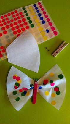 FILTRE A CAFE PAPILLON :  découpez un filtre à café. Faire peindre par vos petites mains une épingle à linge en bois. collez 2 yeux mobiles et deux petites antennes. Puis bébé peut coller ses gommettes !!! Glissez la pince et le papillon est prêt !!!