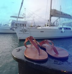 T flat sandals,
