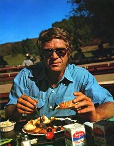 Love him being natural Hollywood Icons, Hollywood Actor, Vintage Hollywood, Classic Hollywood, Hollywood Actresses, Steeve Mac Queen, Cincinnati Kids, Steve Mcqueen Style, Indiana