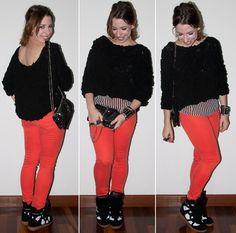 Look do Dia: como usar calça colorida skinny com blusa transparente listrada e pullover de chiffon com sneakers e clutch de paete. blog de moda.