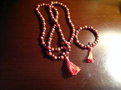 Japamala y brazalete tibetana de coral rojo con madera de chocolate con borla roja para mujeres