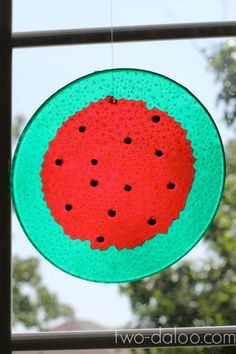 Maybe even try in a strawberry shape! Make melted bead suncatchers watermelon style with red and green plastic beads and black glass beads. Easy and beautiful! Summer Crafts, Fun Crafts, Crafts For Kids, Arts And Crafts, Creative Crafts, Melted Bead Crafts, Pony Bead Crafts, Projects For Kids, Craft Projects