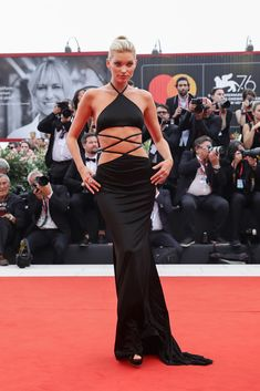 Elsa Hosk walks the red carpet ahead of the Opening Ceremony and the 'La Vérité' (The Truth) screening during the Venice Film Festival at Sala Grande on August 2019 in Venice, Italy. Elsa Hosk, Margaret Qualley, Rachel Brosnahan, Nicky Hilton, Spring Studios, Strapless Dress Formal, Formal Dresses, Retro Chic, Celebrity Look