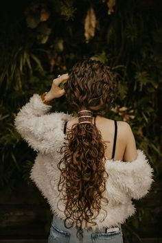 Curly Hair Salon, Curly Hair Model, Messy Curly Hair, Colored Curly Hair, Curly Hair Tips, Curly Hair Styles, Curly Long Hair Cuts, Girls With Curly Hair, Natural Curly Hairstyles