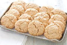 I brutti ma buoni sono biscotti secchi a base di nocciole. Deliziosi e dalla forma irregolare, sono ottimi da servire con il tè o il caffè!