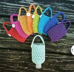 Modelos de Bolsinhas Tipo Porta Álcool Gel para Levar Crochet Mug Cozy, Crochet Mask, Crochet Diy, Crochet Gifts, Knitting Patterns, Crochet Patterns, Purse Patterns, Confection Au Crochet, Hand Sanitizer Holder