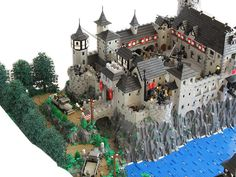Time to go back to the Middle Ages - Lego Castle – How to build it Chateau Lego, Lego Burg, Lego Ritter, Lego Sculptures, Lego Knights, Amazing Lego Creations, Lego Blocks, Lego Design, Lego Worlds