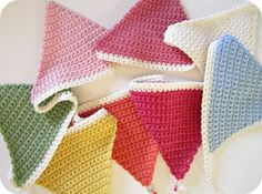 Pink Milk: Simple Crochet Bunting Tutorial - for the crib Crochet Bunting Pattern, Crochet Garland, Crochet Decoration, Crochet Motifs, Crochet Stitches, Crochet Patterns, Crochet Triangle Pattern, Crochet Home, Love Crochet