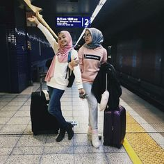 Style ideas for hijab at the airport Muslim Fashion, Fashion Wear, Fashion Outfits, Casual Hijab Outfit, Ootd Hijab, Street Hijab, Modele Hijab, Hijab Fashion Inspiration, Hijab Style