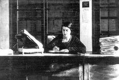 Bibliotecarios famosos. #bibliotecas Gabriel Garcia Marquez, Lewis Carroll, Real Academia Española, Concert, Dark, Jorge Luis Borges, History Of Literature, Writers, Librarians