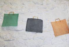 Bolsas Chivatas de plástico de cuadros vichy. Años 60's/70's. Hecho en España. Asas doradas. Ideal para la compra o para uso diarío. de Torreillinoise en Etsy https://www.etsy.com/es/listing/493958513/bolsas-chivatas-de-plastico-de-cuadros